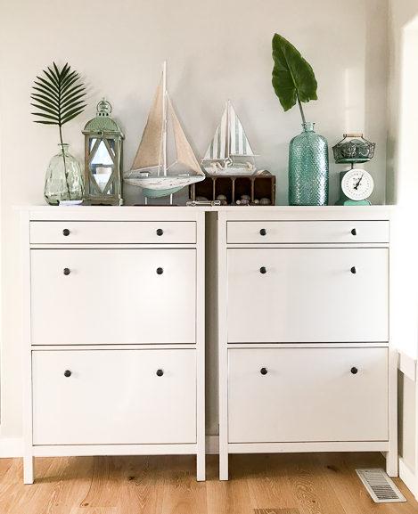 Summer shelf decor on Ikea Hemnes